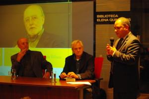Presentación de Trinchera de ideas, Montevideo xxx 2012; con xxxx xxxx y el embajador de Venezuela Julio Chirinos